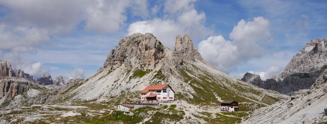 Die Dreizinnenhütte unterhalb des Sextnersteins