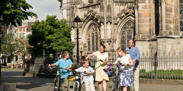 Radfahrer vor dem Aachener Dom