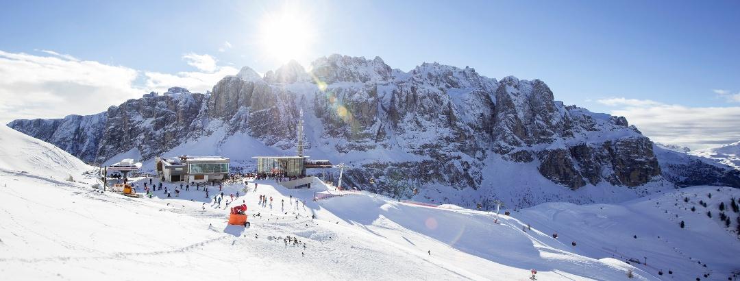 Skifahren inmitten der gewaltigen Kulisse der Dolomiten