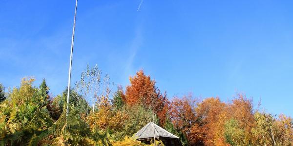 Wetterfahne und Hütte