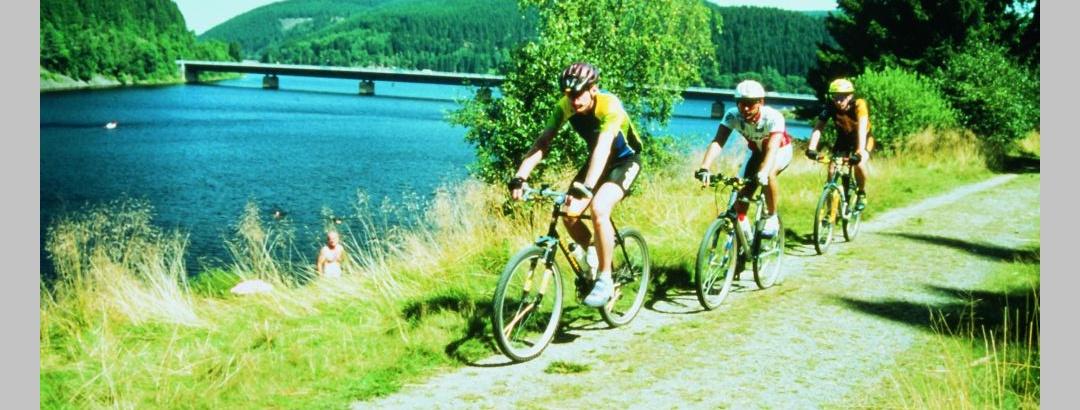 Radfahrer an der Talsperre