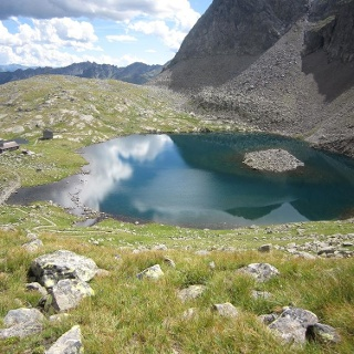 Blick vom Sandesjöchl auf Hütte mit See