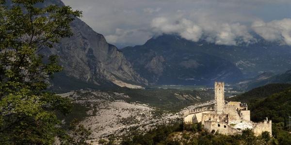 Ausblick mit der Burg von Drena und der Marocche im Hintergrund