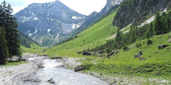 Kaiserbachtal mit Grießkopf und Kaiserkopf