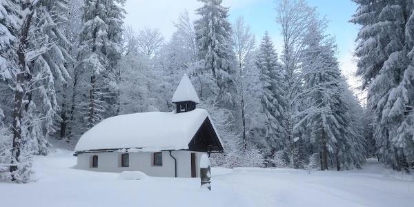 Steigerfelskapelle rechts des Weges