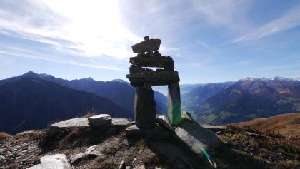 Diese Steinkonstruktionen ziert den beeindruckenden Aussichtspunkt.