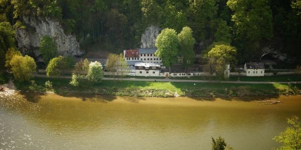 Blick zur Einsiedelei Klösterl in der Weltenburger Enge bei Kelheim im Altmühltal