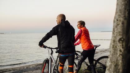 Radfahrer an der Steilküste bei Warnemünde