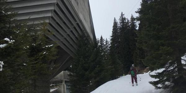 Am Ziehweg, vorbei am Lüftungsturm des Arlbergtunnels.