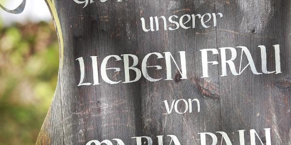 Schild am Brunnen bei Maria Rain im Wertachtal