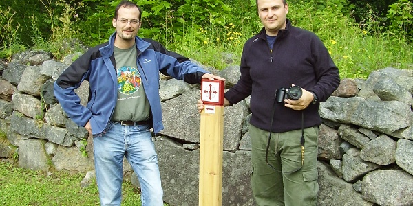 Pilgrimer vid stolpe med Sankt Olavsskylten