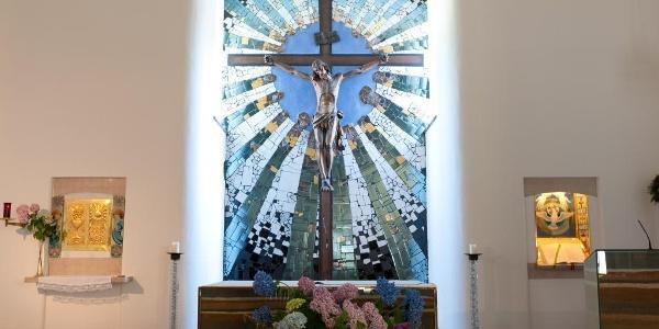 Altarraum der St. Barbara Kirche Hundertwasser