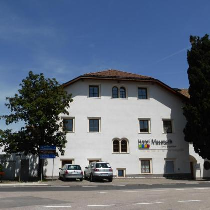 Hotel Masatsch, hier rechts zum Radlweg