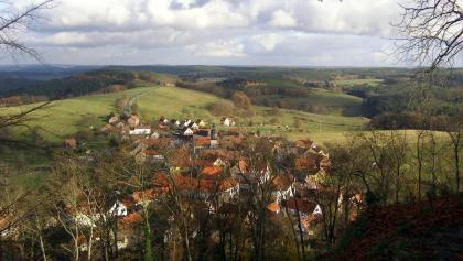 Seitenroda direkt unterhalb des Burgbergs