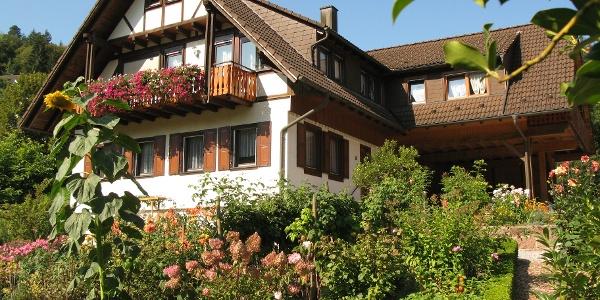 Außenansicht FeWo am Döttelbach; das Haus umgibt ein schöner Bauerngarten
