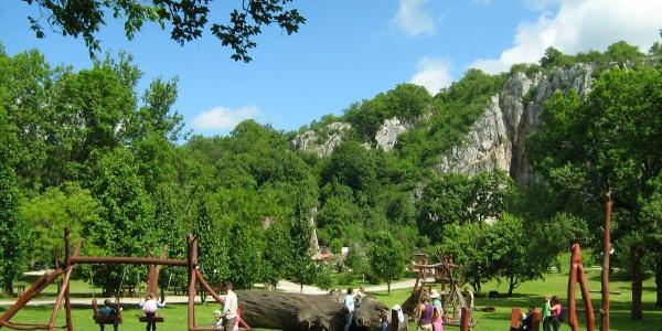 Ihrisko pri vchode do jaskyne Baradla-barlang v Aggtelek