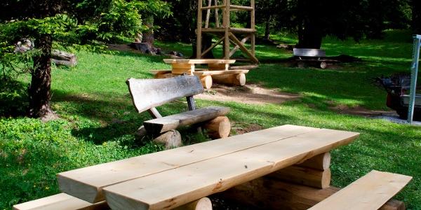 Picknickbank bei der Feuerstelle auf dem Eichhörnliweg
