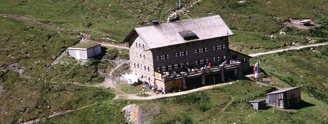 Hütte vom gegenüberliegenden Hang