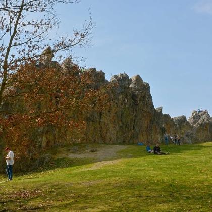Wie eine Burg ragen die Klippen aus der umgebenden Wiese
