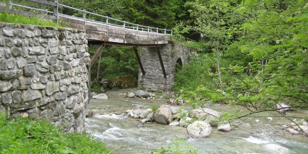 über die historische Brücke in Cuflons
