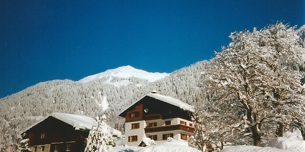 Hausansicht Winter Richtung Zamangspitze