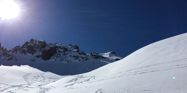 Gipfelhang mit Aufstieg rechts und Abfahrt in der linken Rinne