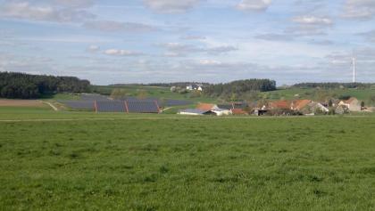 Photovoltaikanlage bei Ballstadt, Windrad bei Birkenfels