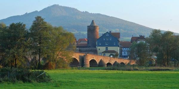 Vacha: Werrabrücke und Burg Wendelstein, im Hintergrund Öchsenberg