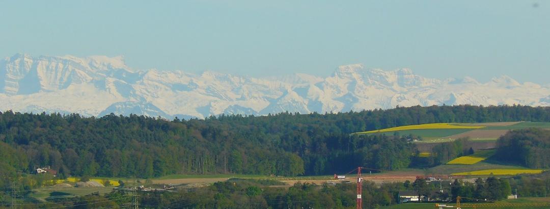 Vom Wanderweg bei guter Sicht: Die verschneiten Alpen