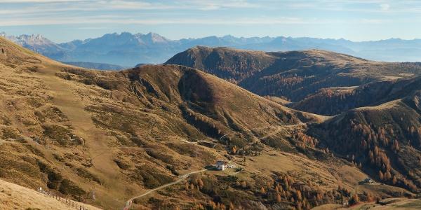 Die AVS Meranerhütte mit Blick über den Tschögglberg