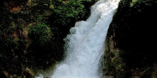 Vízesés az Anna-barlang bejárata előtt