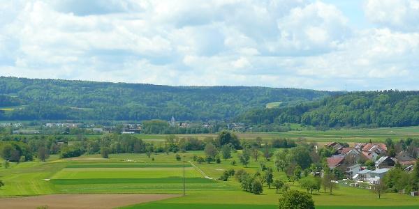 Blick auf die Rheinebene im Hintergrund Hohentengen
