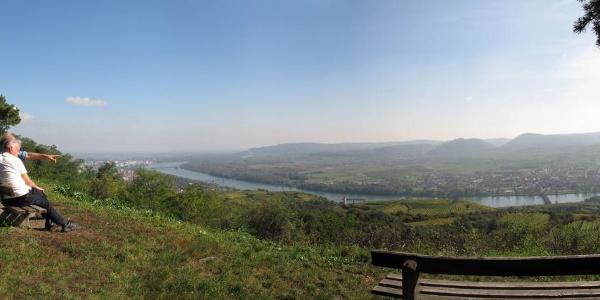 Aussicht von der Donauwarte des ÖTK, im Hintergrund Stift Göttweig