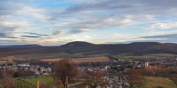 Kilátás a dunaszentmiklósi kilátóból a falura és a Gerecsére