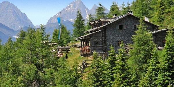 Anna-Schutzhütte des ÖTK mit der Kulisse der Lienzer Dolomiten