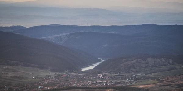 A Lázbérci-víztároló Dédestapolcsány mögött