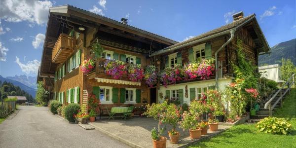 Hausansicht Sommer Terrasse