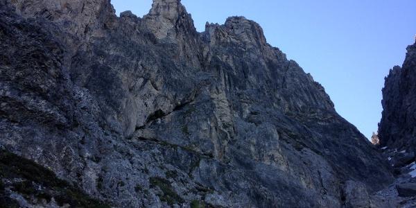Die Westwand der mittleren Schlicker Zinne - Der Routenverlauf gut zu erkennen