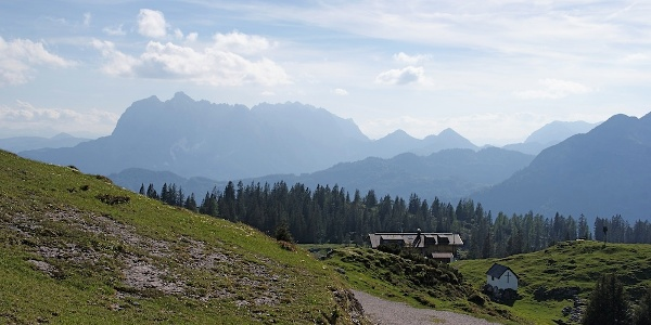 Straubinger Haus mit Wildem Kaiser vom Weg zur Hochtrittalm