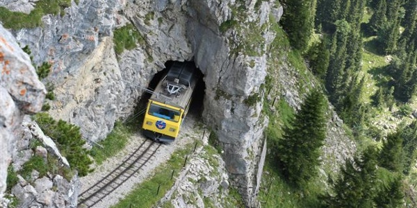 Wendelstein-Zahnradbahn bei Bergdurchfahrt.