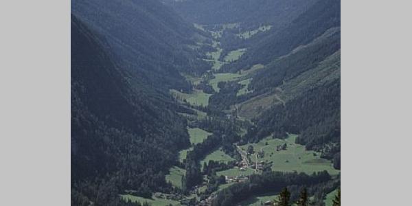 Das Dorf Vättis und der Kunkelspass von oben