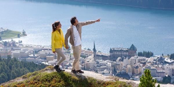 Wandern mit Sicht auf St. Moritz