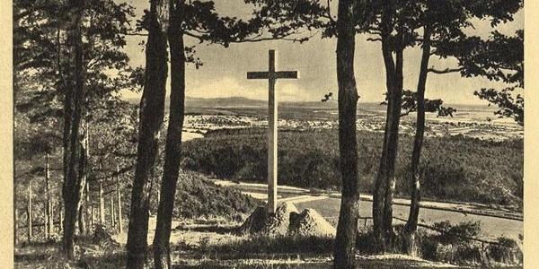 A Trianoni-kereszt egy régi képeslapon