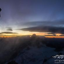 Sonnenaufgang am Grat im Sturm.