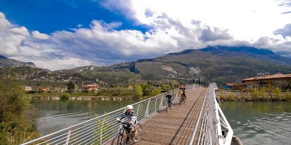 Die Radwegbrücke in Torbole