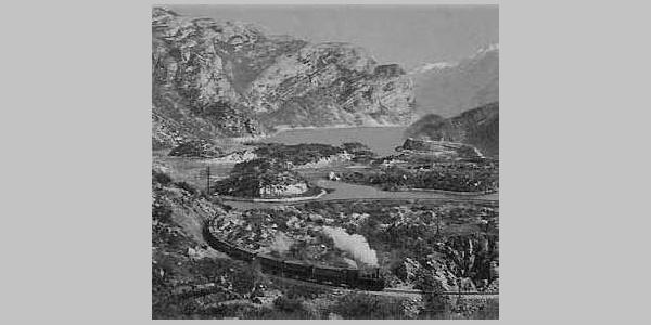 Die Lokalbahn MAR (Mori - Arco - Riva). Im Hintergrund der Loppiosee