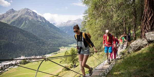 Mit der Hängebrücke beginnt der Aufstieg zum Maiensäss.