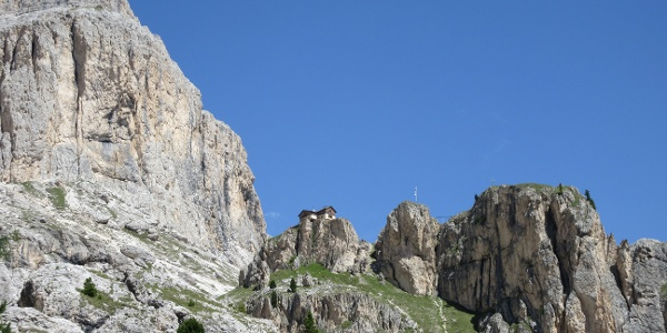 auf dem Fels das Rifugio Paul Preuss