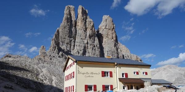 Postkartenmotiv: Rifugio re Alberto und die Vajolettürme im Hintergrund
