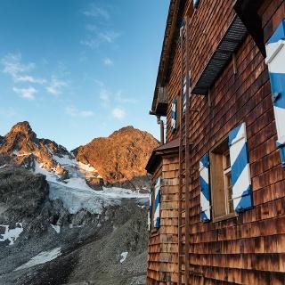 Saarbrücker Hütte mit Litzner Gletscher